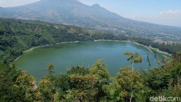Suasana semakin romantis jika traveler berada di Bukit Cinta Lembah Seroja pada pagi atau sore hari (Uje Hertono/detikcom)
