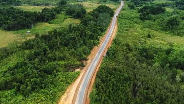 Kementerian PUPR secara bertahap membangun jalan paralel perbatasan di Pulau Kalimantan. Jalan yang dibangun itu meliuk-liuk dan membelah hutan di Kalimantan Barat.