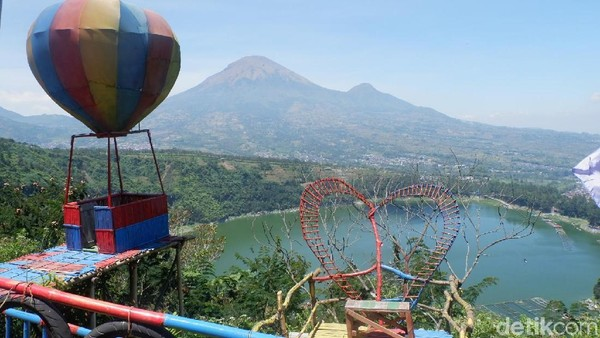 Bukit Cinta juga menyuguhkan tempat-tempat untuk slefie. Mulai dari berbentuk rumah pohon, balon udara hingga lambang cinta (Uje Hertono/detikcom)