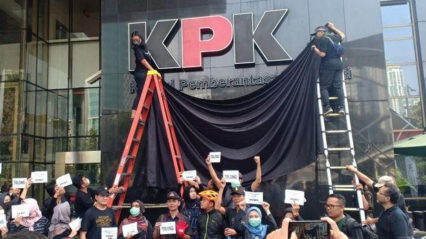 Logo di pelataran gedung KPK juga di tutup.