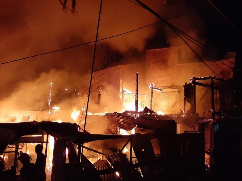 Padamkan Kebakaran 16 Rumah di Makassar, Mobil Damkar Dirusak