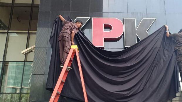 Logo KPK saat ditutupi kain hitam /