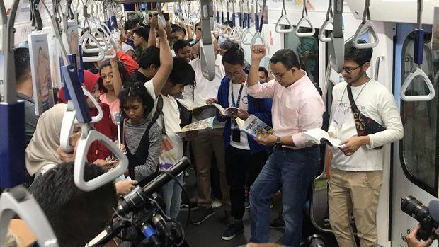 Buka Kampanye #RuangBacaJakarta, Anies Baca Buku di MRT Sambil Berdiri