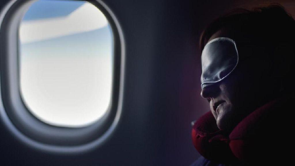 Viral, Suami Berdiri 6 Jam di Pesawat Agar Istri Bisa Berbaring di Kursi