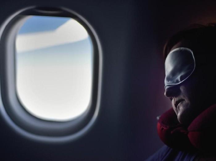 Ilustrasi tidur di pesawat. (Foto: iStock)