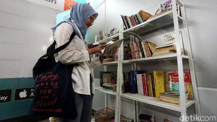 Ruang buku di setiap Stasiun MRT telah diresmikan, Minggu (8/9/2019). Kini warga bisa meminjam buku untuk dibaca di dalam gerbong MRT.