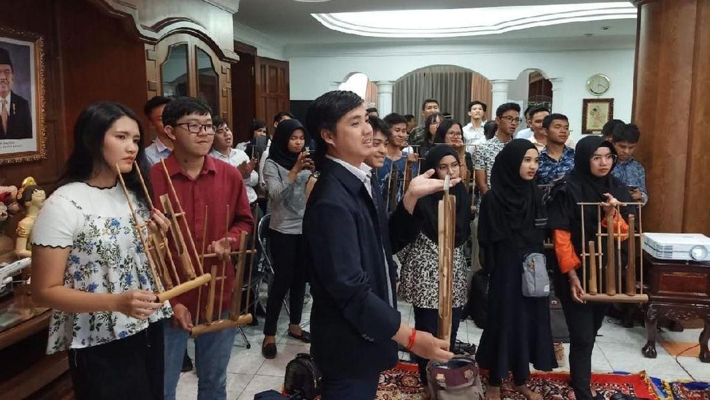 Muda-mudi Kamboja Main Angklung dan Nobar Film Indonesia
