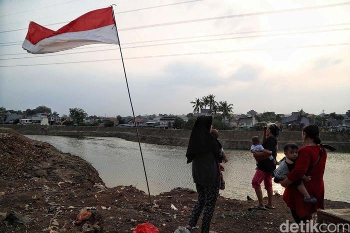 Sejumlah warga beraktivitas di kawasan Waduk Kampung Rambutan, Ciracas, Jakarta Timur, Senin (9/9).