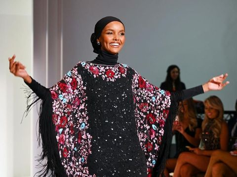 Model Berhijab Halima Aden Tampil di New York Fashion Week
