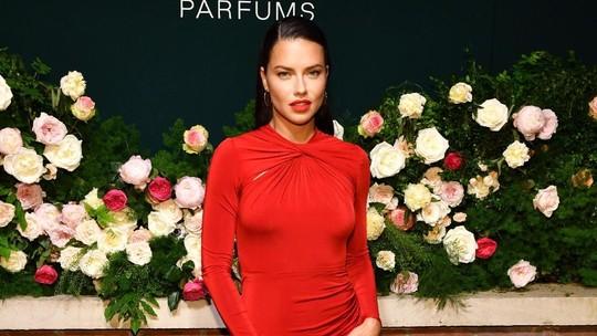Sexy In Red! Penampilan Adriana Lima dengan Dress Ketat