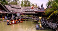Pengunjung bisa mencoba perahu di floating market.