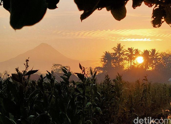 """Sebagai upaya memajukan perekonomian masyarakat di pedesaan, TelkomGroup bersama BUMN lain melalui program """"BUMN Hadir untuk Negeri"""" telah mendirikan Balai Ekonomi Desa (Balkondes) di wilayah pariwisata Candi Borobudur."""