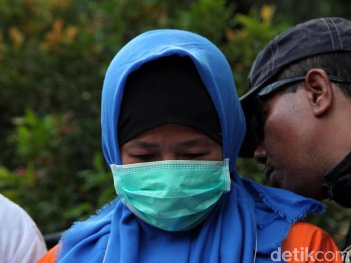 Polisi gelar rekonstruksi lanjutan kasus pembunuhan Pupung-Dana. Rekonstruksi lanjutan ini untuk memperagakan adegan tersangka membakar jasad kedua korban.