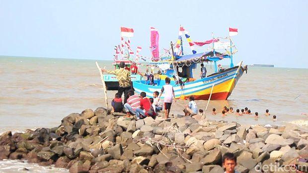 Pantai Muarareja di Tegal Jadi Warna-warni