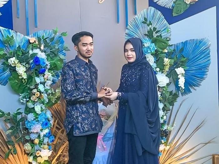 Pasangan asal Surabaya viral karena sebar ratusan Dollar saat lamaran. Foto: Dok. Pribadi Fierly Atyah