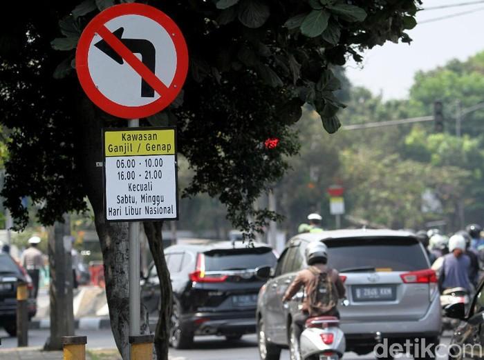 Perluasan sistem ganjil-genap mulai berlaku hari ini. Sejumlah polisi pun bersiaga di Jalan Tomang Raya, Jakarta Barat, untuk menindak pengendara yang melanggar