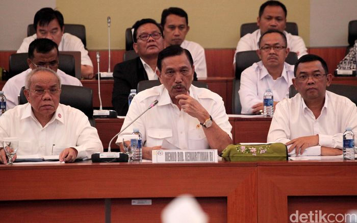 Menteri Koordinator Bidang Kemaritiman Luhut Binsar Panjaitan menghadiri rapat bersama Badan Anggaran (Banggar) dewan perwakilan rakyat (DPR).