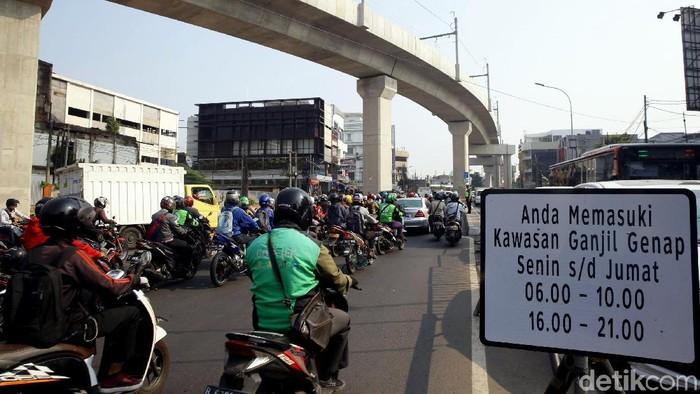 Perluasan sistem ganjil genap resmi berlaku hari ini, Senin (9/9). Sejumlah kendaraan yang melanggar di Jalan Fatmawati, Jaksel, pun ditindak oleh polisi.
