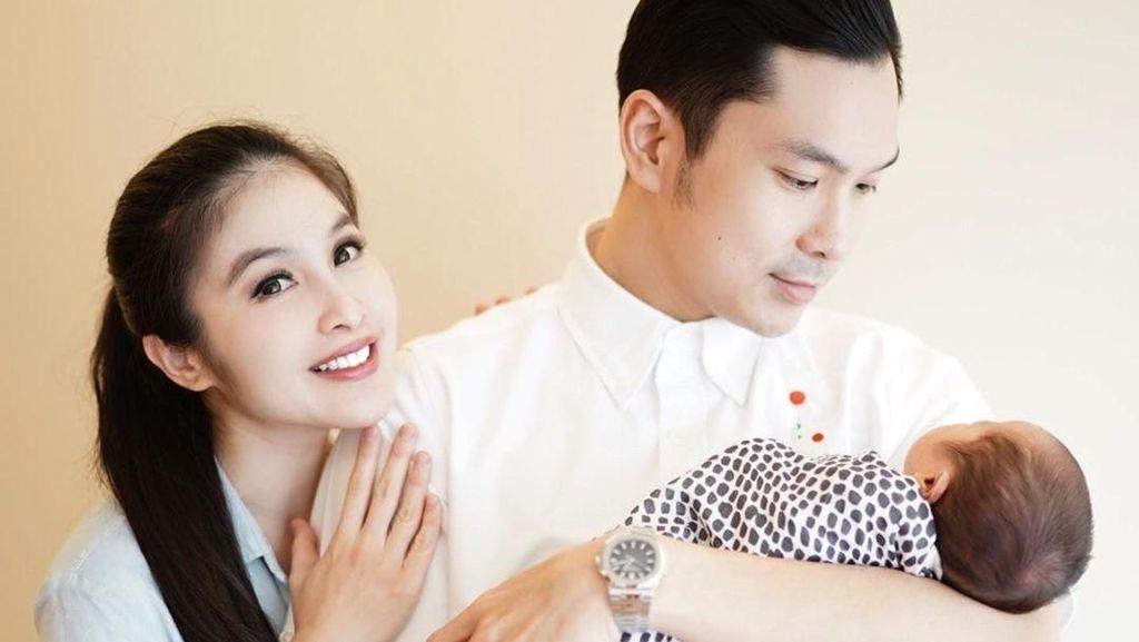 Stres Urus Dua Anak, Sandra Dewi Colong Waktu dengan Suami