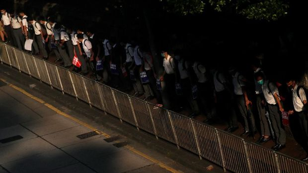 Ratusan siswa SMP di Hong Kong membentuk rantai manusia untuk mendukung demonstran antipemerintah