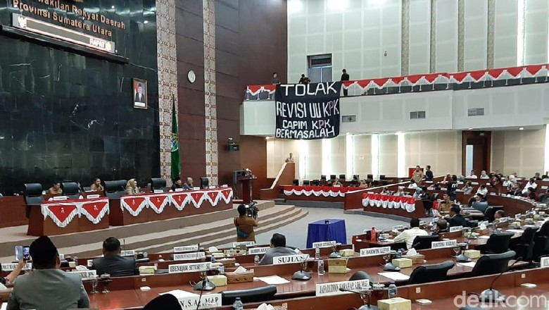 Mahasiswa Bentangkan Spanduk Tolak Revisi UU KPK di Paripurna DPRD Sumut