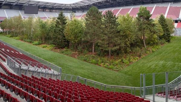 Adalah Stadion Worthersee di Klagenfurt yang telah diubah menjadi hutan. Itu merupakan proyek luar biasa dari seniman Swiss, Klaus Littmann (Gerhard Maurer/CNN)
