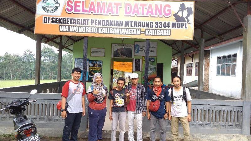 Traveler yang ingin mendaki Gunung Raung diwajibkan memulai pendakian dari sekretariat di Dusun Wonorejo. Lengkapi dahulu Simaksi, agar petugas tahu akan kondisi daan kesiapan para pendaki (istimewa)