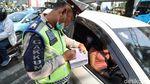 Ekspresi Pelanggar Ganjil Genap Saat Ditilang Polisi