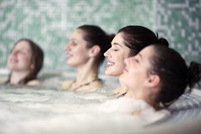 Ilustrasi manfaat berendam air hangat. Foto: iStock