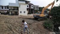 Menurut keterangan warga, setelah sempat mangkrak kini Waduk Kampung Rambutan dengan luas 7,8 hektar itu mulai kembali dikerjakan.