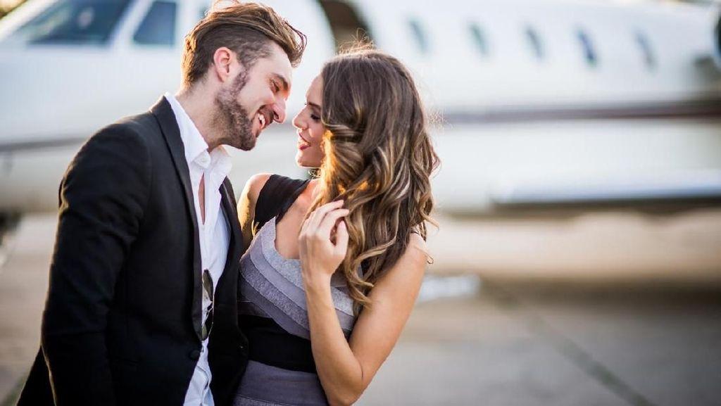 Iseng Banget, Penumpang Rekam Pasangan Ciuman Mesra di Pesawat