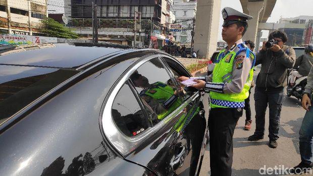 Suami Dewi Perssik kena tilang ganjil genap di Jl Fatmawati, Jaksel, Senin (9/9/2019)