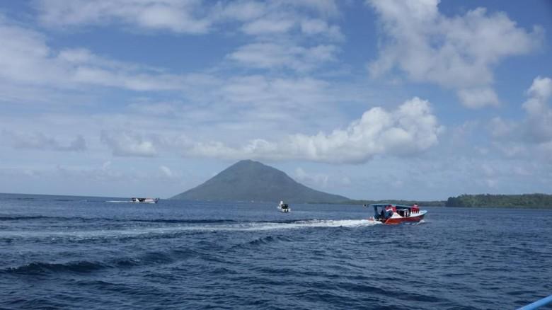 Jalur pendakian di Pulau Manado Tua, Bunaken.