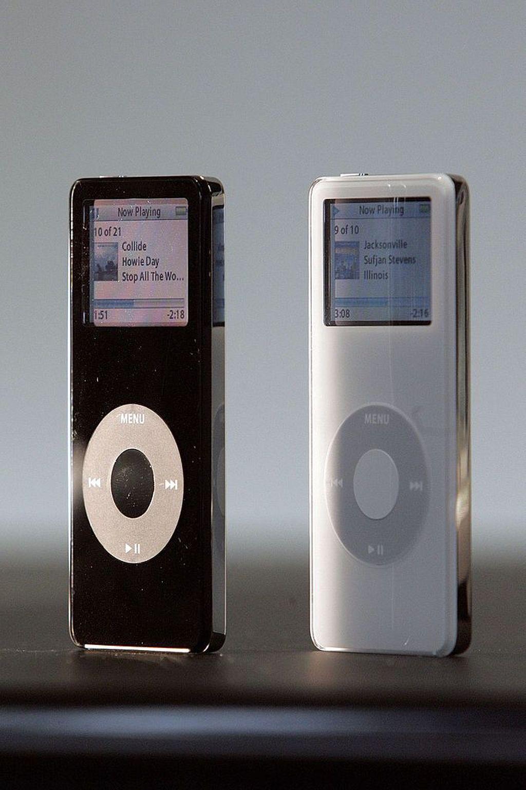 iPod Nano diperkenalkan pada 7 September 2005, sebagai suksesoriPod Mini. Steve Jobs menyebutnya sebagai perangkat tepat untuk dimasukkan ke kantong kecil yang berada di sisi kantong kanan.(Foto: David Paul Morris/Getty Images)