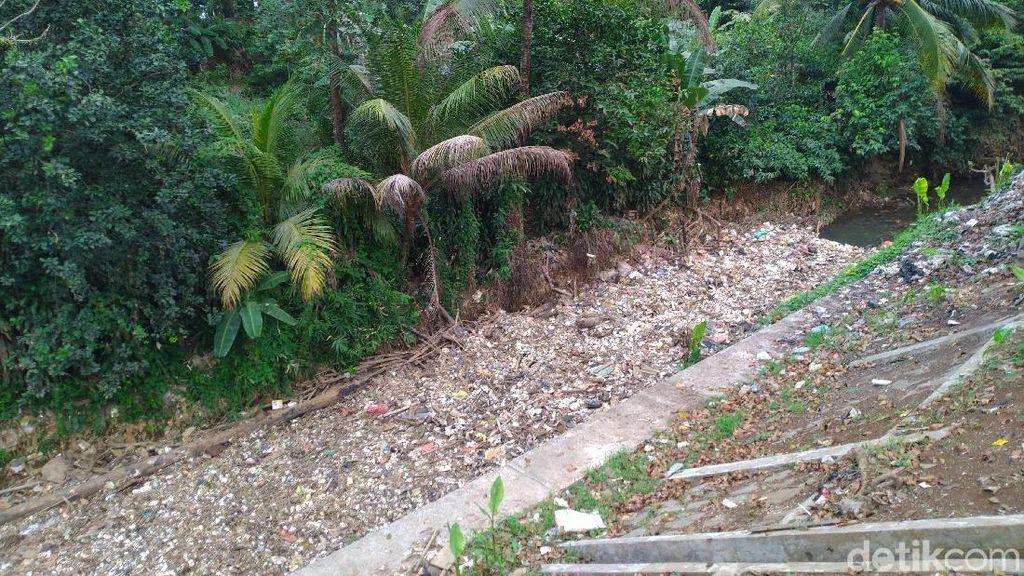 Tumpukan Sampah Tersebar di Perairan Kalibaru Bogor hingga Depok