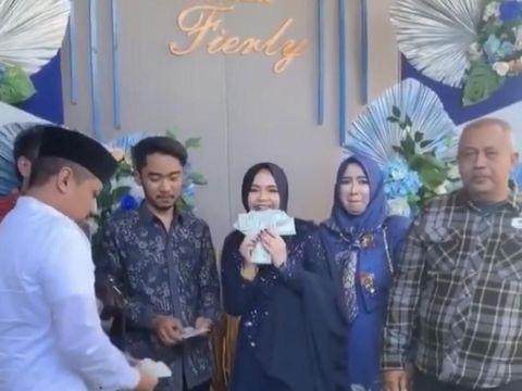 Pasangan asal Surabaya viral karena sebar ratusan Dollar saat lamaran.