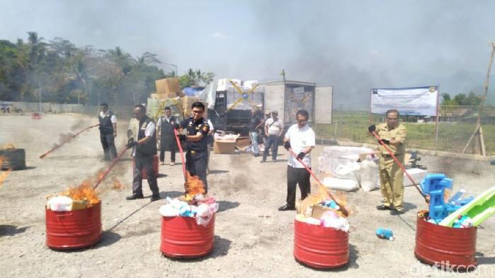 Pemusnahan bijih plastik impor ilegal (Angling Adhitya Purbaya/detikcom)