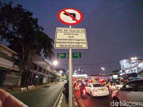 Salah satu rambu peringatan ke pengemudi zona pemberlakuan ganjil genap
