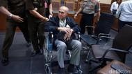 Kivlan Zen Gunakan Kursi Roda di Sidang Perdana Kasus Senpi Ilegal