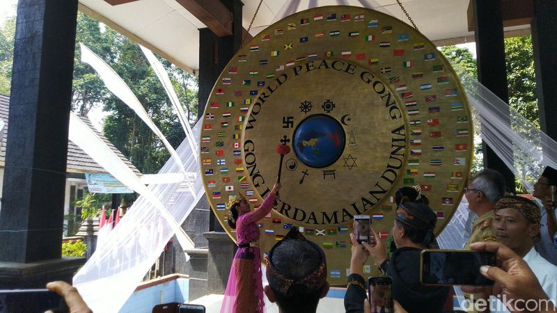 Perayaan ini dilangsungkan di Situs Budaya Ciung Wanara. Gong Perdamaian Dunia ini ditempatkan di Ciamis ada alasannya, karena Tatar Galuh ini sebagai cikal bakal perdamaian di dunia (Dadang Hermansyah/detikcom)