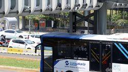 Bus TransJ Tersangkut di Bawah Jembatan Rel Kereta Api Jatinegara