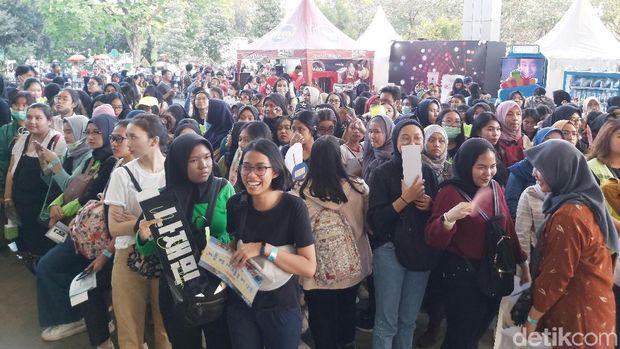 Fans NCT Dream yang mengantre masuk sejak sore