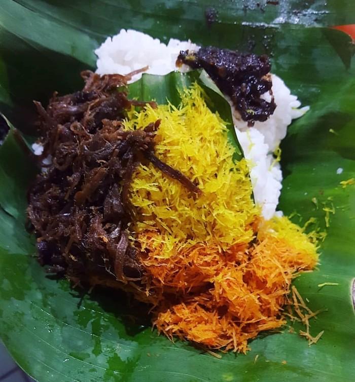 Namanya Nasi Krawu, kata 'krawu' berarti mengambil dengan tangan. Nasi putih dengan aneka lauk ini memang sedap dimakan dengan tangan. Foto : Instagram @gresiktourism