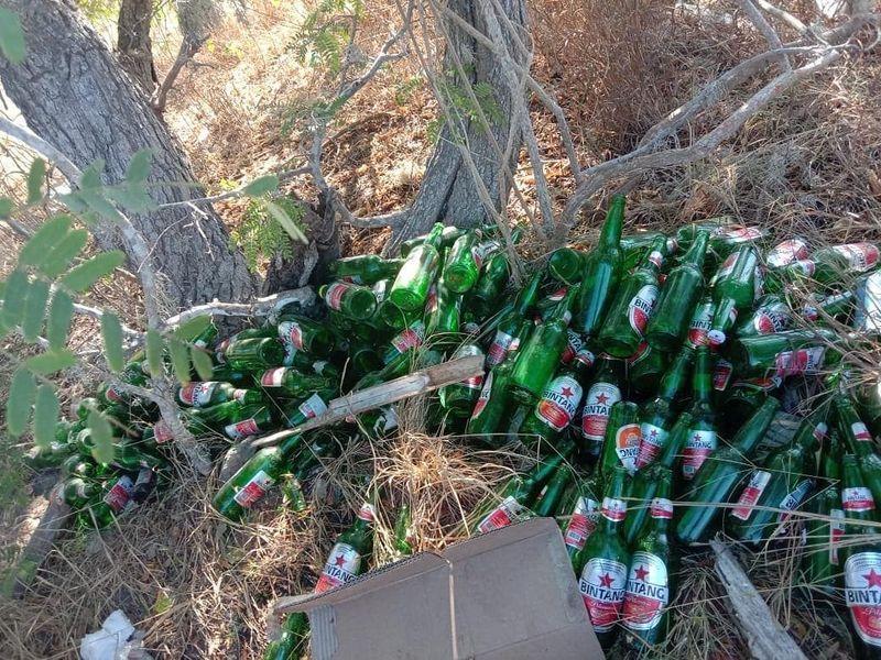 Sobat lihat botol-botol dalam frame? itu bukan koleksi atau jualan ya sob, tapi itu sampah-sampah yang sengaja ditinggalkan di Pink Beach Komodo, kata TN Komodo dalam unggahannya terbaru (evanstevano/Komodo National Park-Indonesia/Instagram/Istimewa)