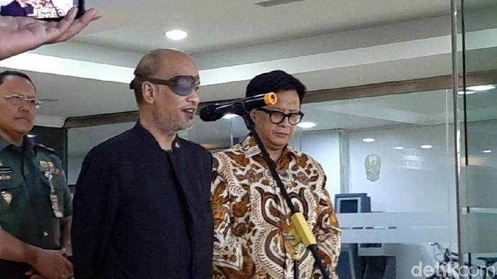 Thareq Kemal Habibie yang menarik perhatian dengan penutup mata. Foto: Lisye Sri Rahayu/detikcom