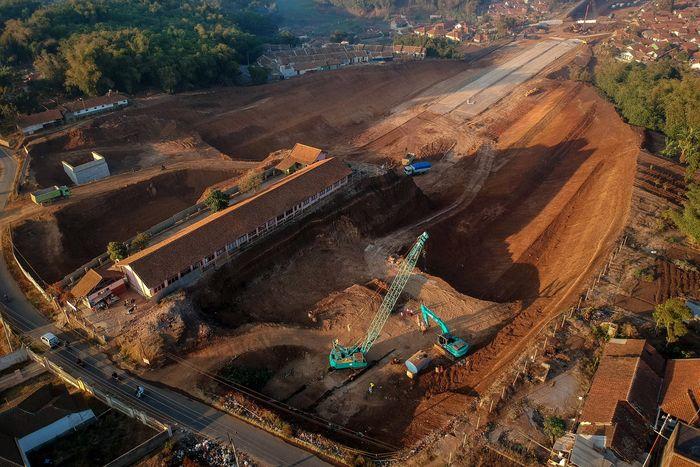 Foto dari udara SDN Cijolang yang terdampak proyek Tol Cisumdawu di Tanjungsari, Kabupaten Sumedang, Jawa Barat, Selasa (10/9/2019). Antara Foto/Raisan Al Farisi.