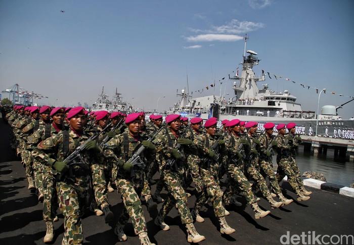 TNI AL merayakan HUT ke-74 di Dermaga Pondok Dayung Koarmada I, Jakarta. Defile pasukan TNI AL turut meriahkan acara tersebut. Seperti apa kemeriahannya?