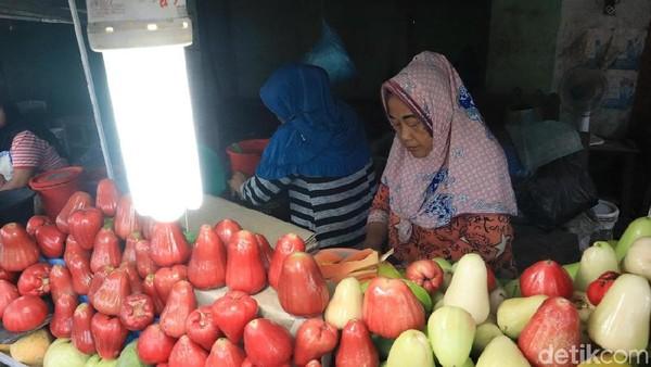Seporsi rujak terisi dengan aneka buah seperti jambu, timun, belimbing, mangga dan lainnya. Seporsi cukup Rp 15 ribu saja (Randy/detikcom)