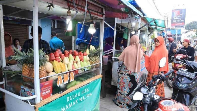 Penjaja rujak di Simpang Jodoh, Tembung (Randy/detikcom)