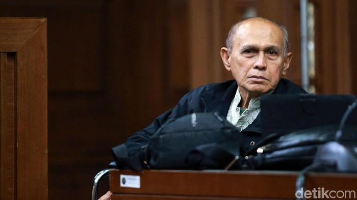 Kivlan Zen jalani sidang perdana kasus dugaan kepemilikan senjata api ilegal. Purnawirawan TNI itu nampak menggunakan kursi roda di ruang sidang.